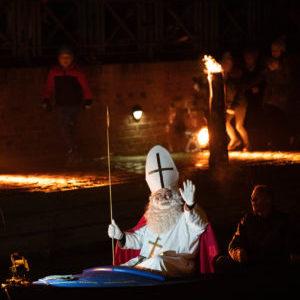 Nikolaus kommt mit dem Boot über die Niers