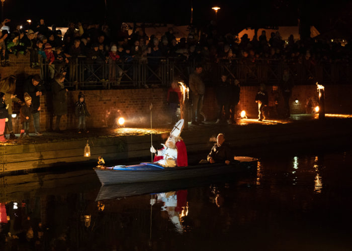 Nikolaus kommt                    mit dem Boot über die Niers       28.Nov. 2020